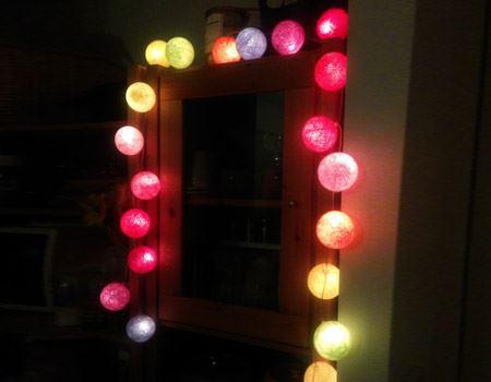 食器棚の周りに引っ掛けて上から垂らすように設置。キッチンにネオンの夜景のような一角が生まれて明るく楽しい雰囲気に
