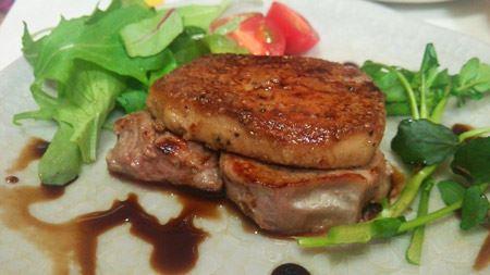 ステーキにフォアグラソテーを乗せ、バルサミコ酢でソースを作ってみました