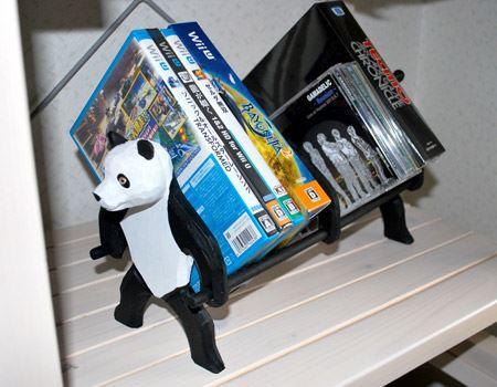 試しにCDやゲームなどを置いてみました。パンダさん、一所懸命支えております