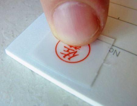 押印したい部分に半透明シートの印影を合わせ、上から3〜5秒ほど指でぐりぐりと強く押し付けます