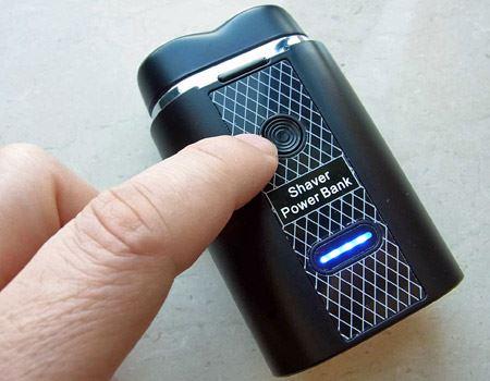 黒いボタンを1回押すとバッテリの残量が表示され、2回押すとひげそり機能が使えます