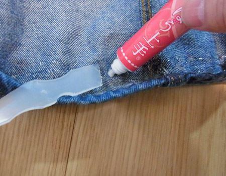 貼り合わせたい両方の布に「裁ほう上手」を塗り、ヘラで薄くのばします。凸凹のある生地はNGと書かれていたので、結果が心配…