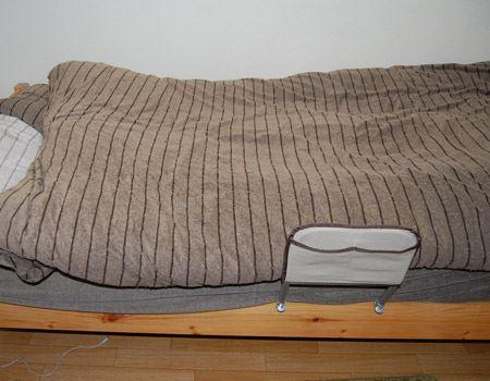 ベッドのマットレスを少し浮かせ差し込みました。(ベッドの中間くらいにセット。)