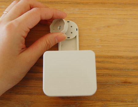 本体にも磁石がついているので、磁石が埋め込まれた石鹸をくっ付けることができるという仕組み。(本体を裏返した図)