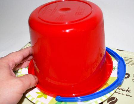 フタをかぶせて逆さにして、バケツを軽く揺すったり叩いたり。しばらくすると、ストンと少し手応えが。プリンがお皿に落ちた合図です