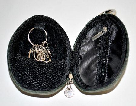 パカッと大きく開くんです。左側はカギを差せるフックが6個、右側は小銭などが入る小さなコインケースになっています