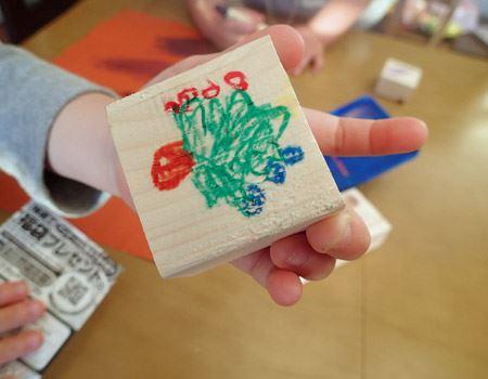 また、木に描いたら、コピー用紙の裏で磨くようにこするとツヤツヤに輝きます