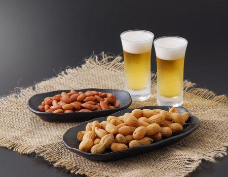 普通の煎り落花生とは食感が違うので、交互につまんで、さらにビールが進みます