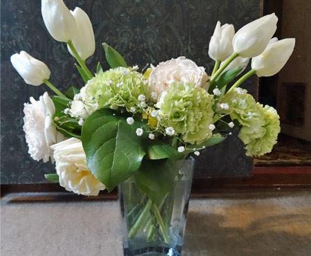 こちら、筆者が前の職場を去る時に先輩からいただいたおしゃれなベース。このくらい花が活けてあれば格好いいのですが