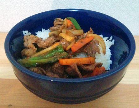 ご飯の上にプルコギを盛り付け。男性っぽい料理ですがどこか洗練されたお料理に