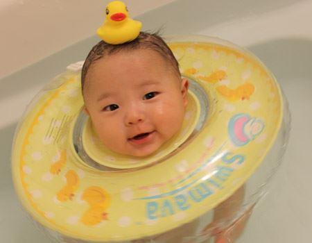 赤ちゃんのお風呂での使用イメージ。プカプカと湯船に浮かび、楽しそうな表情に大人も癒やされます