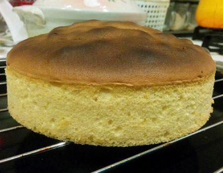 上面が少々焦げたものの、しっかり膨らみ、見事スポンジケーキに。実食してみると、ちゃんとフワフワでしっとりとした正真正銘のスポンジケーキでした!