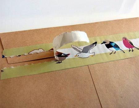 テープの中央部分をこのようにめくれば開封できます。これならば、開封作業も楽しくはかどりますね