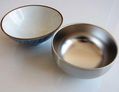 筆者が購入したのは350mlタイプのもの。普段使っている茶碗と同じくらいの大きさです。ほかにも750mlと1.4Lタイプのものがあります