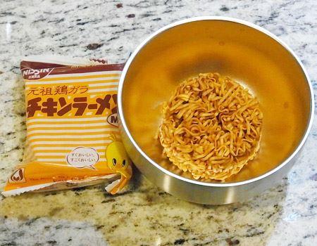 350mlの「食べごろスープカップ」にピッタリの「チキンラーメンmini」をいただくことにしました