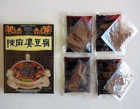 箱の中には調味料と花椒粉(日本の山椒よりも香りと辛味が強い中国山椒の粉末)が4袋ずつ入っています。1袋で豆腐1丁分(400g)の麻婆豆腐が作れます