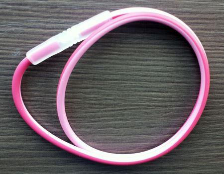 ピンク×レッドのツートンカラー。長さは45センチと50センチの2サイズから選べます