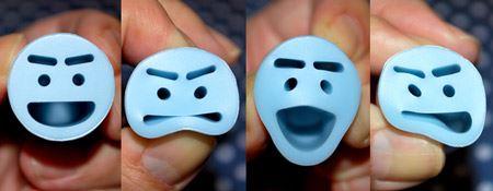まん丸のスタンプに、いろいろな方向から力を加えることによって表情が作れるんです
