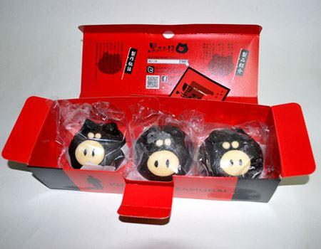 開けると黒豚が3人並んでお出迎え! 保存は冷凍庫で3か月だそうです