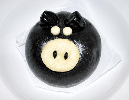 黒い生地がツヤツヤしてます。鼻や目の白い部分も生地を成形して作られています。大きさは、普通の豚まんと同じくらいですよ