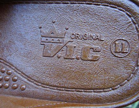 なんとニシベケミカルのV.I.C 3です。筆者のベンサンを羨望のまなざしで見ていた母親が先日買ってきた1足