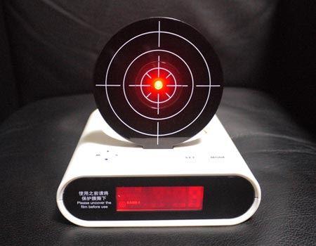 設定時刻になるとアラームと同時に射撃の的が立ち上がり中心が赤く光ります