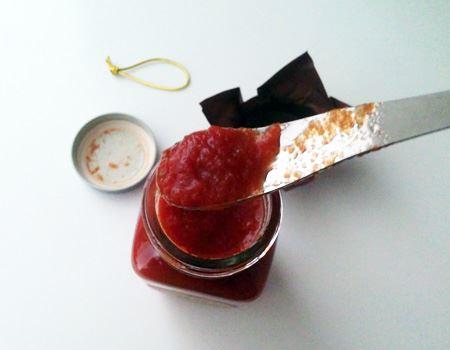 フタを開け、漂う香りだけでも普通のトマトケチャップとは違います。サラッとしたピューレ状