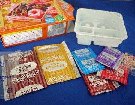 中身はこんな感じ。2種類のドーナツの素と3種類のソースの素。そしてトッピング2種類とスプーンにしぼり袋までついています
