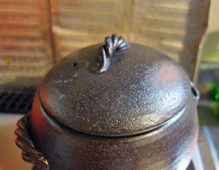中火より少し強めの火で15分加熱。湯気が穴から勢いよく立ってから3分が火を止める目安です。吹きこぼれる場合は調整してください