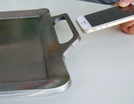 iPhoneと比べてもわかるこの厚さ