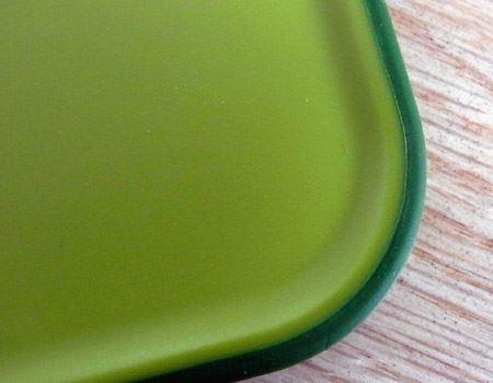 まな板のふちはすべり止めが施されているので、包丁を研ぐ時も食材を切る時も安心です