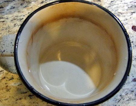 今度はコーヒーとお茶で汚れた筆者のマグカップで使ってみましょう