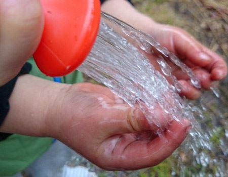 手や食器を洗うのには、十分に役立ちます