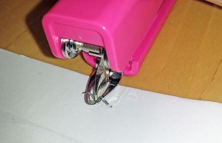 そうすると、リムーバーが針をしっかり挟み込み、いとも簡単に針を取り除いてくれます