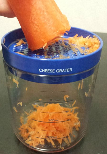 チーズ削りが大根おろしとして使えそうだったので、にんじんで試してみました。すると、細い千切りのような感じに。粗めでいいなら大根おろしとして十分に使えます