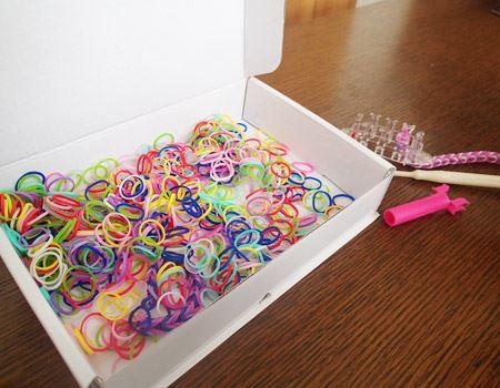 キットにはカラフルな輪ゴム10色と、編み機、編み棒がセットになっていて、すぐにカワイイブレスレットが作れちゃいます