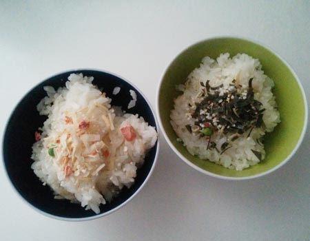 「鮭と玉葱」(左)と、「シラスと昆布」(右)。ふりかけとしてそのままご飯にかけたり、混ぜご飯や炒めご飯、お茶漬けなどアレンジ次第でいろいろな味わい方を楽しめる