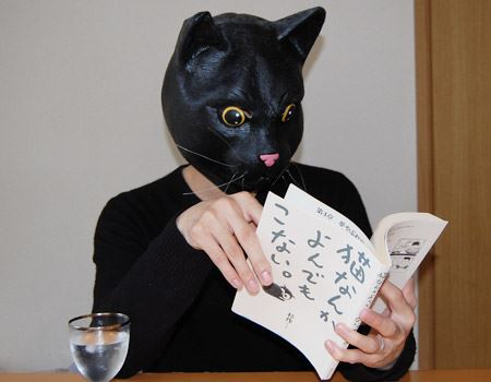 漫画を読む猫…