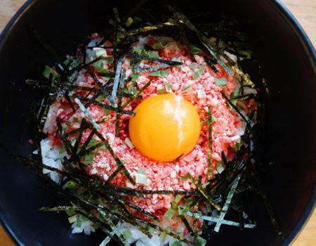 豪快にご飯の上にのせて、卵を落としていただきます。ご飯の熱で、お肉が解凍されていく…