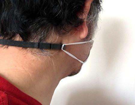 U字型の本体は伸びて、よい感じに首でフィットします。柔らかい素材なのでこのまま寝ても気になりません