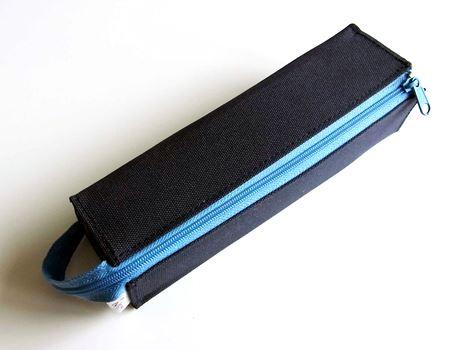 ファスナーを閉じれば四角のスリムな形状。持ち運びにも便利です