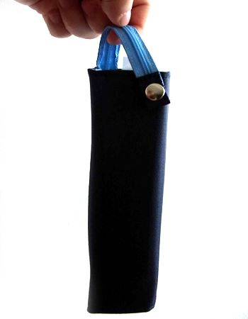 裏面のホックを固定すればファスナー部分が取っ手に。両手がふさがっていても指に引っ掛けて持ち歩くことができます