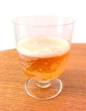 ビールらしい泡が立ち、見た目はビールだが、飲んでみると、レモン入り炭酸飲料の後味にほんのり苦味を感じる程度のどちらかと言うと甘いテイストのお酒だ