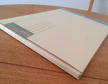 コクヨの「学校プリント用ガバットファイル」。ぱっと見は普通のバインダーですが…?