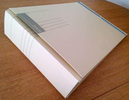 ガバッと、背幅を最大にした状態。中の書類の枚数に応じて、写真のB4サイズだと最大8cmまで背幅の調整が可能だ