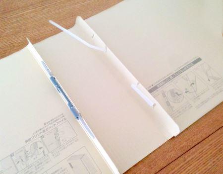 綴じ足を開いた状態で、表紙をスライドさせることで、背幅が調整できる
