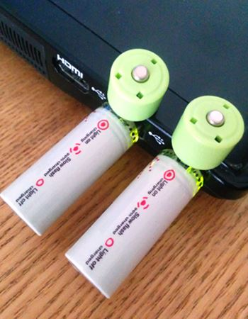 パソコンのUSB端子に挿して充電。充電の状況はインジゲーターが光って確認できる