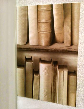 壁紙がシワにならないよう、しっかり平らにならしながら貼っていきます