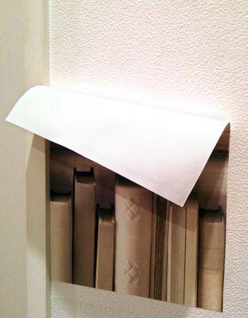 壁紙の端っこを持って、ペリペリと剥がすだけ。残ったのりを拭き取れば、すっかり元の状態に戻ります