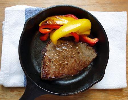 〆はステーキ肉です。ほかの野菜を先に焼き上げておけば、そのまま食卓に並べられます。これも、肉汁がたまりません…
